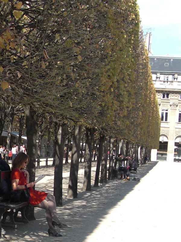5-palais_royal_banc_robe_rouge
