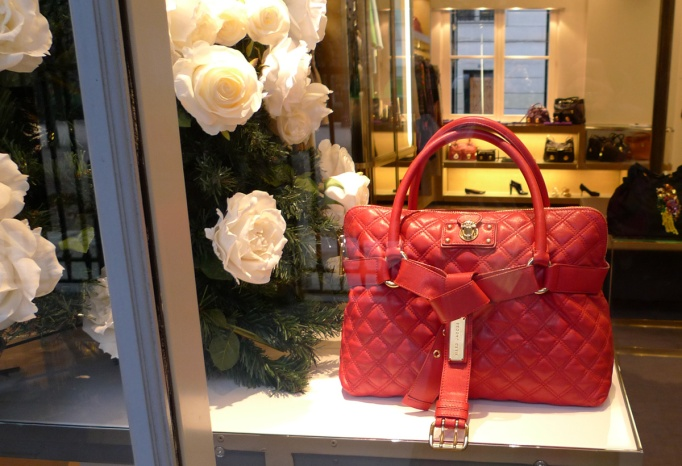 09-Marc_Jacobs_vitrine_sac_rouge