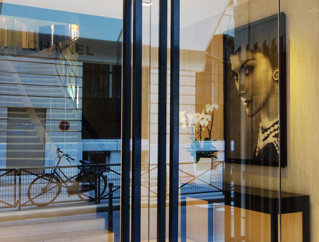 Chanel-vitrine-rue-Cambon-00_entree