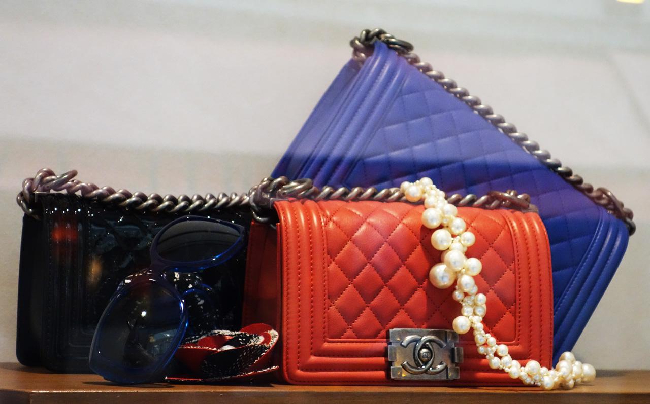 Chanel-vitrine-rue-Cambon-07-boy-bags