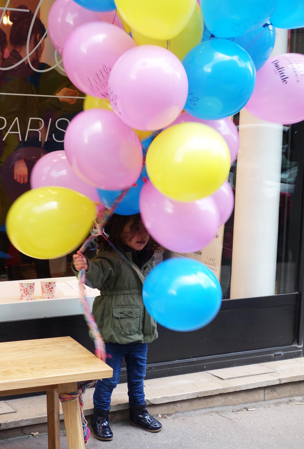 vitrine-eleven-little-girl-ballons