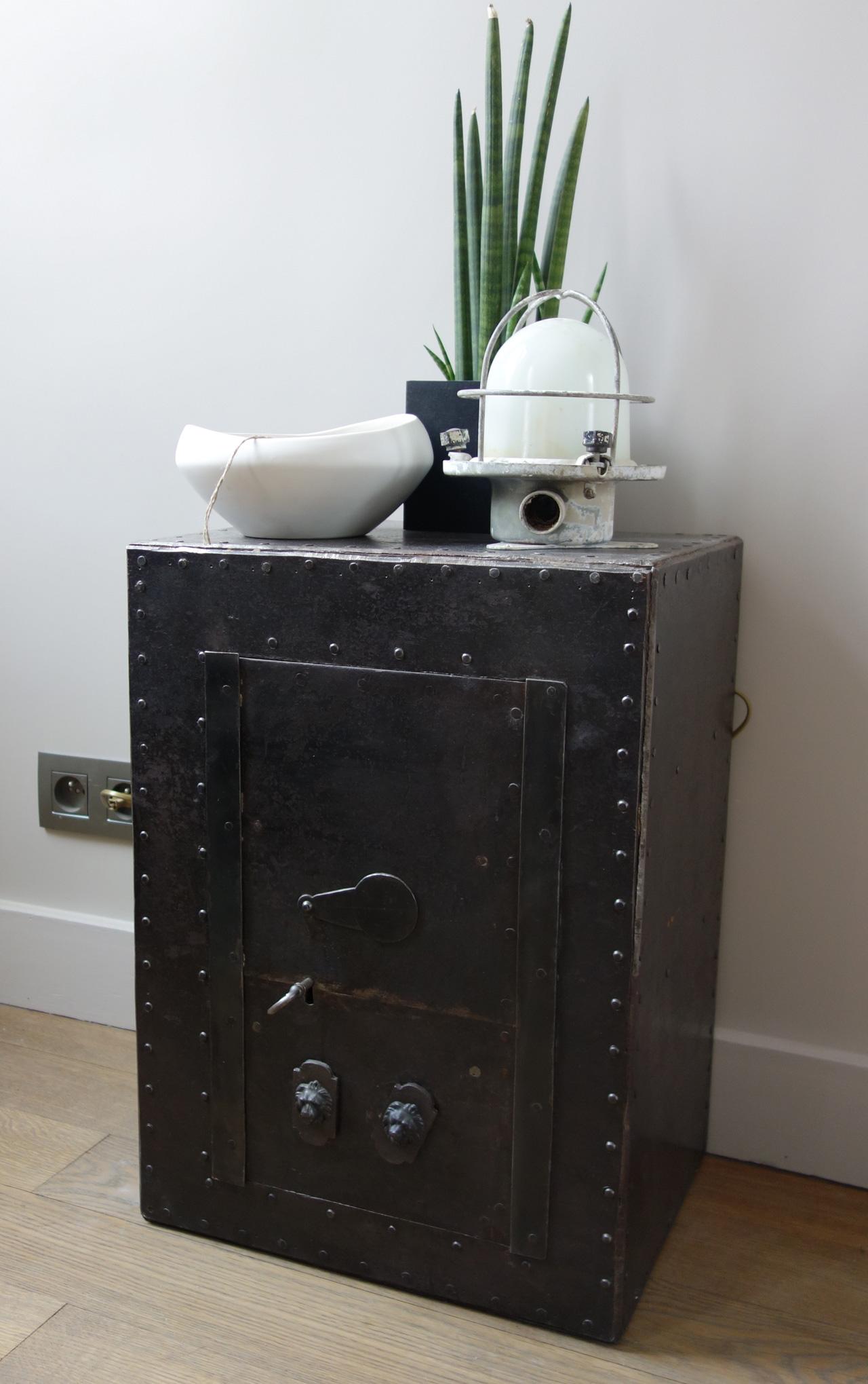 top secret chic geek. Black Bedroom Furniture Sets. Home Design Ideas