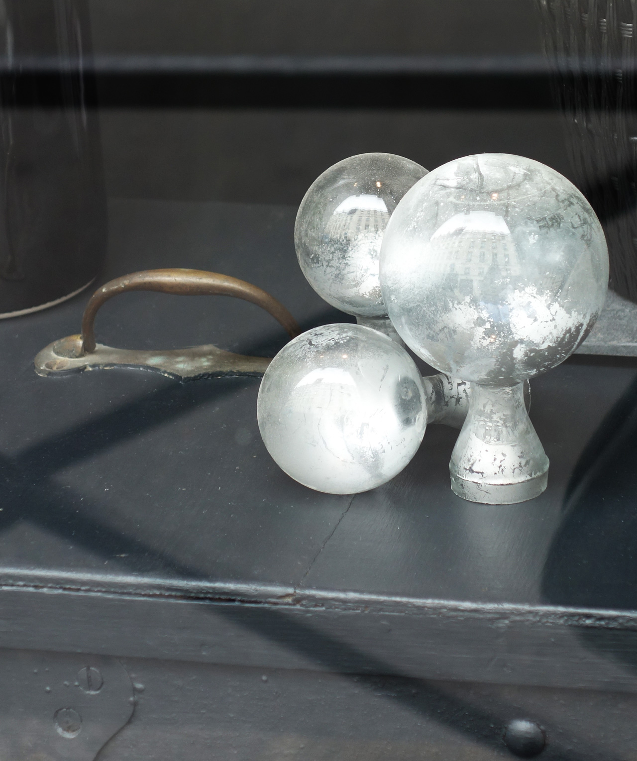 David-Gaillard-Les-Curieuses-boutique-vitrine-detail