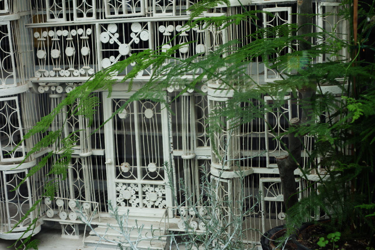 David-Gaillard-Les-Curieuses-boutique-vitrine-vitrine-cage-ancienne-detail