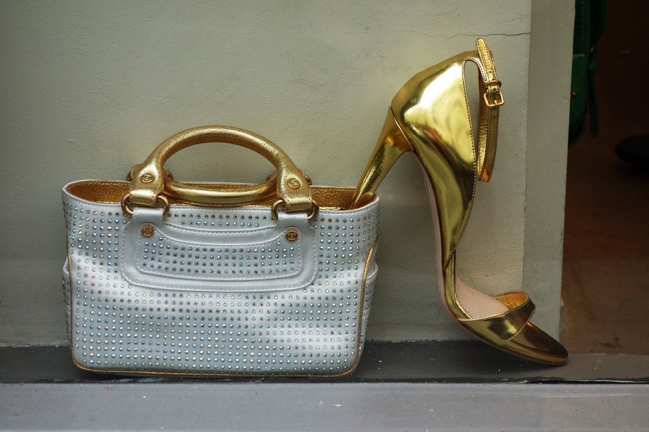 WK-vitrine-golden-shoe-bag