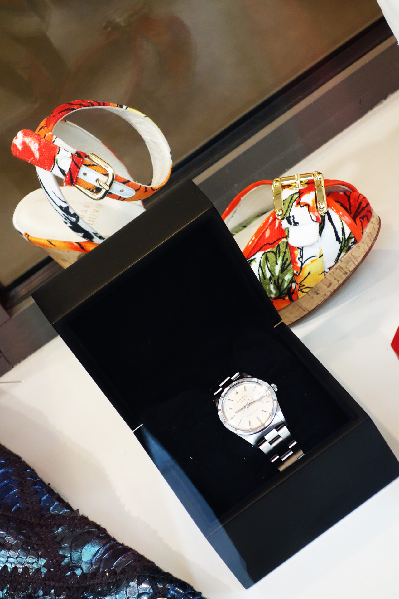WK-vitrine-Rolex-sandales-fleurs