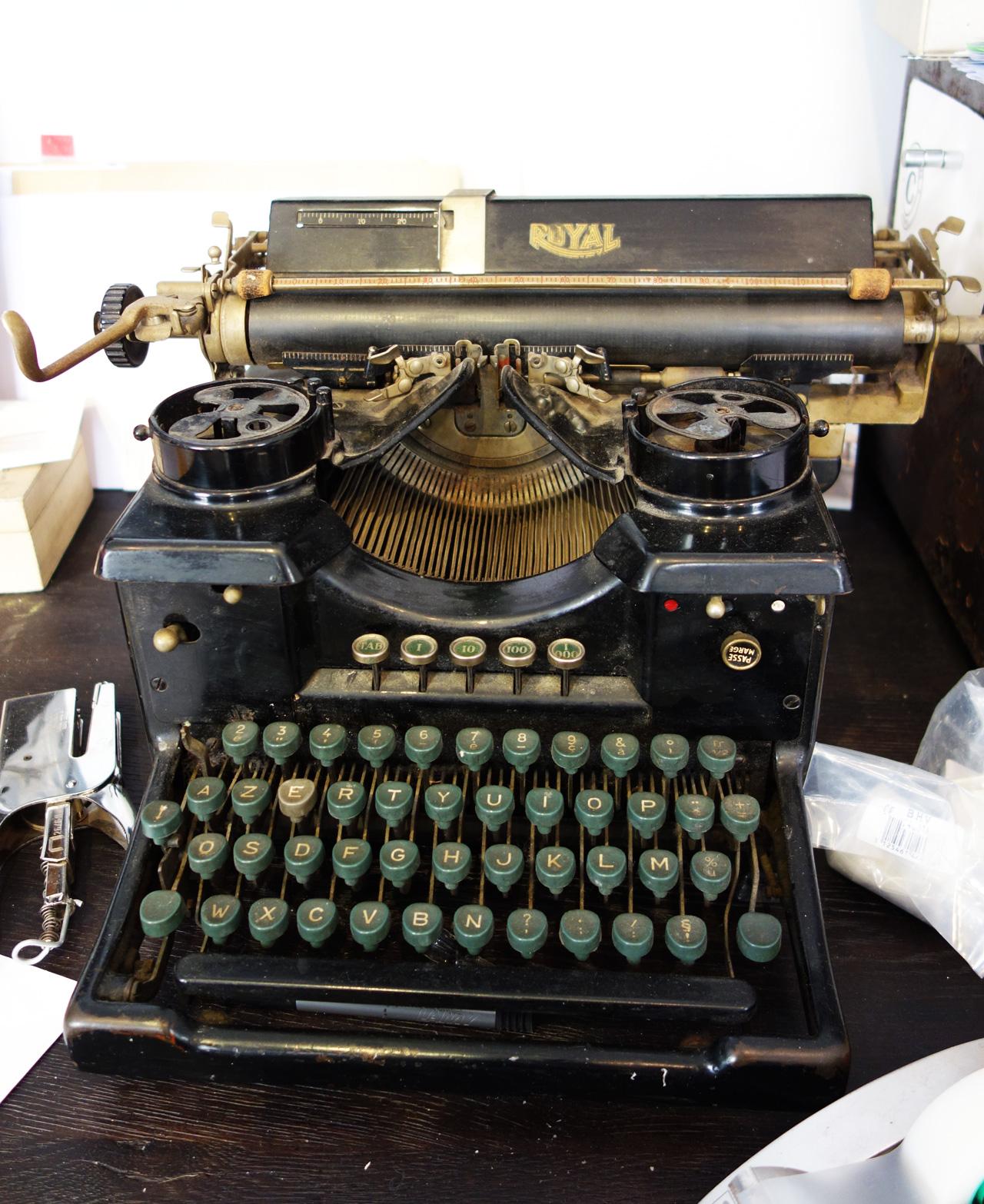 David-Gaillard-Les-Curieuses-deco-bureau-machine-a-ecrire