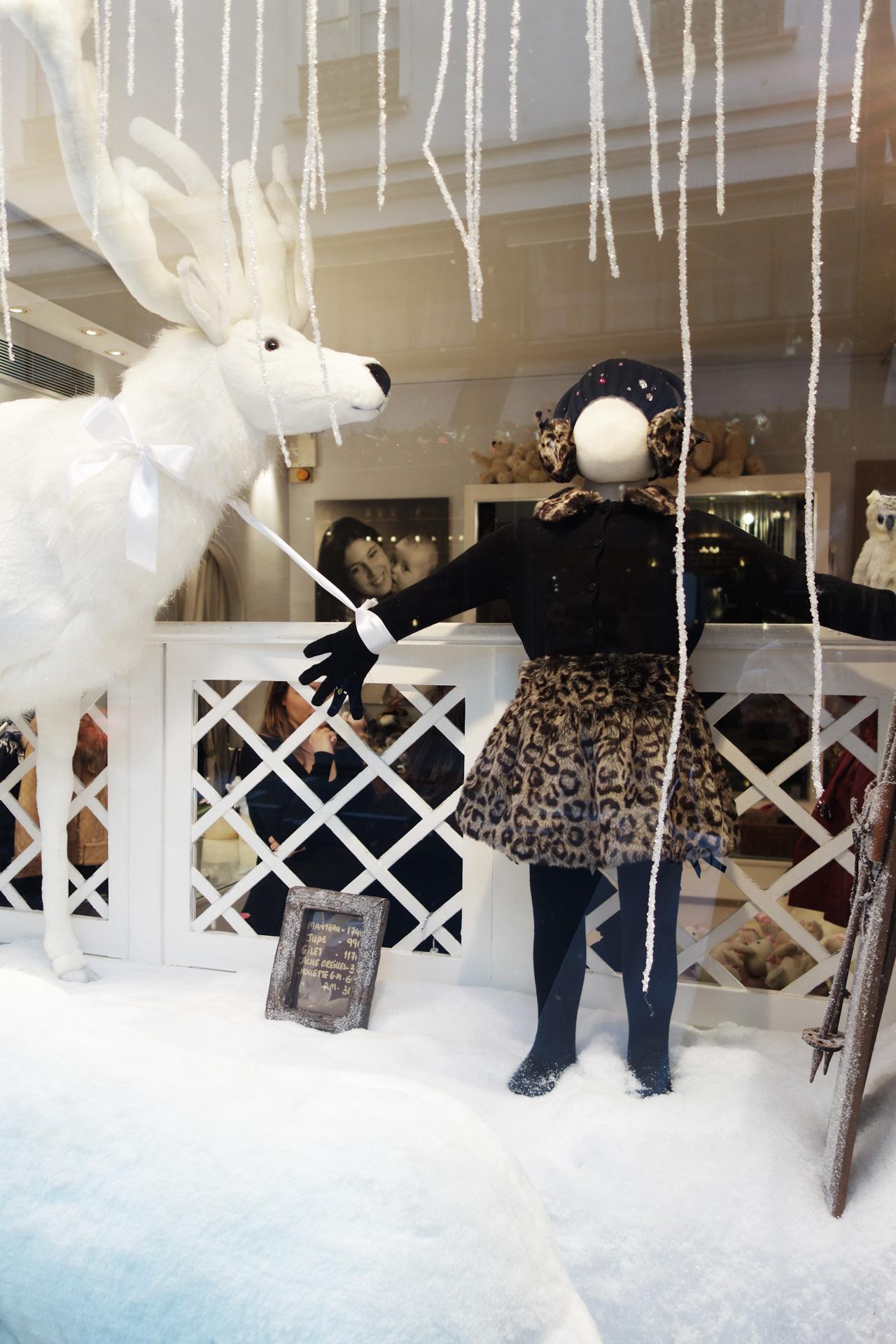 Baby-Tuileries-vitrines-noel-2013-blanche-cerf-girl