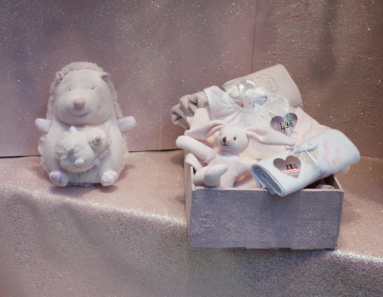 Baby-Tuileries-vitrines-noel-2013-rose-coffret-cadeau