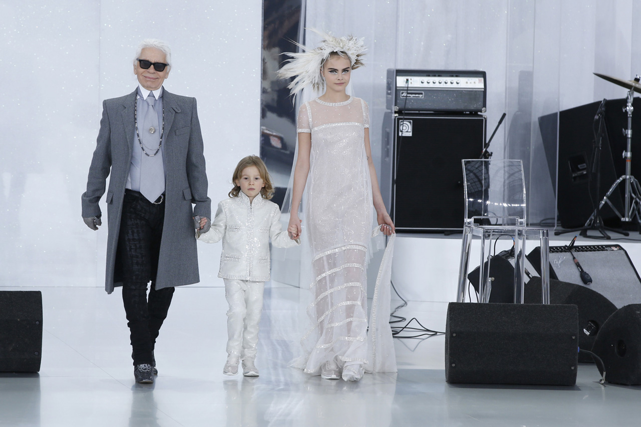 Cara-Delevingne-et-Karl-Lagerfeld-defile-Chanel-haute-couture